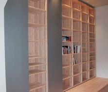 Bibliothèque en mélèze avec portes coulissantes en zinc